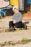 内向小男孩坐的认为 库存图片