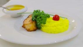 内圆角油煎了与米一道配菜的鱼  煮沸的米和鱼片用调味汁 影视素材