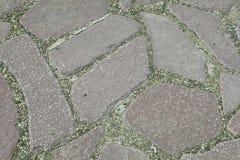 内在围场铺与装饰石头 庭院道路铺与一块自然石头在秋天庭院里 免版税库存图片