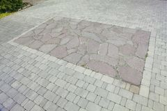 内在围场铺与装饰石头 石路面,被铺的长方形红色块 石路面 图库摄影
