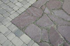 内在围场铺与装饰石头 石路面,被铺的长方形红色块 石路面 库存照片