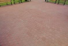 内在围场铺与装饰石头 石路面,被铺的长方形红色块 石路面 库存图片