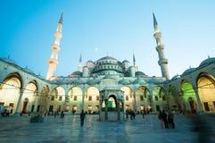 内在庭院在蓝色清真寺在夜之前 免版税库存图片