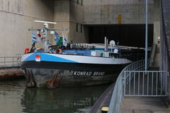 内地货物水船康拉德品牌在巴伐利亚通过在莱茵河主要多瑙河运河的锁Eckersmuehlen 库存照片