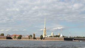 内娃内河航运,在河,彼得Pavel ` s堡垒在兔子海岛,夏天游览尖顶的步行小船  股票录像