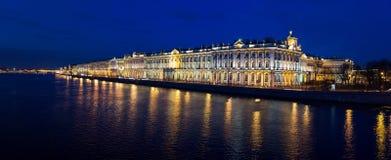 内娃和宫殿的岸的夜视图 圣彼德堡 俄国 免版税图库摄影