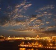 内娃河和圣以撒的大教堂和Troitskiy桥梁的夜视图 免版税库存照片