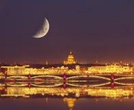 内娃河和圣以撒的大教堂和Troitskiy桥梁的夜视图 库存图片