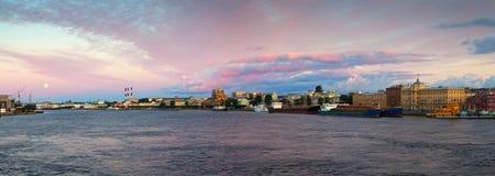 内娃河在早晨 桥梁okhtinsky彼得斯堡俄国圣徒 库存照片