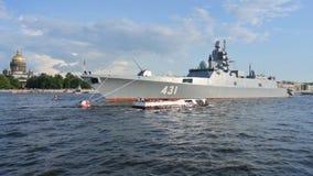 内娃河的俄国海军大型驱逐舰海军上将卡萨托诺夫在圣彼德堡,俄罗斯,2019年7月20日的中心 股票录像