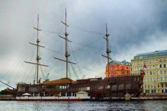 内娃河的浮动餐馆造纸机在圣彼德堡在秋天多云天 免版税库存照片