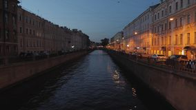内娃河看法在圣彼德堡,俄罗斯 游船在河漂浮 在涅瓦河堤防附近的大厦 股票视频