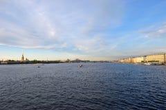 内娃河,彼得和保罗堡垒,宫殿的全景 免版税图库摄影