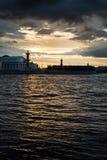 内娃的老圣彼得堡联交所和有船嘴装饰的专栏 图库摄影