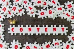 内容是做广告或创造性的通信概念的,建立与金黄冠的白色难题竖锯国王词内容 免版税图库摄影