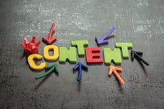 内容是品牌通信的概念想法,五颜六色的箭头做广告指向词内容的国王和给在中心 免版税库存照片