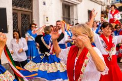 内尔哈,西班牙- 2018 5月04日,由一个小组的民间舞展示peopl 库存照片