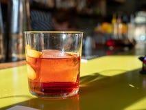 内格罗尼饮料坐绿色酒吧桌面 库存照片