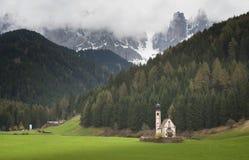 内波穆克Chiesetta二圣乔凡尼的圣约翰美丽的教会在Ranui,瓦尔di富内斯,白云岩 免版税图库摄影