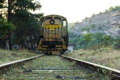 内燃机车的正面图在铁路的 图库摄影