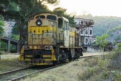 内燃机车的正面图在铁路的 免版税库存照片