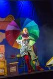 内盖夫,啤酒舍瓦,以色列-女演员有一把大明亮的伞的犹太儿童的剧院在阶段 免版税库存图片