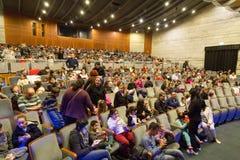内盖夫,啤酒舍瓦以色列-在表现前的观众在音乐厅里, 2015年 库存图片