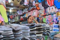 内衣商店里面义卖市场,伊朗卖主等待的买家 免版税库存图片