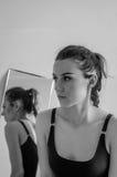 内衣的年轻美丽的女孩在镜子附近 免版税库存图片