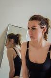内衣的年轻美丽的女孩在镜子附近 图库摄影