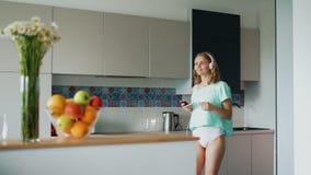 内衣跳舞的性感的女孩在厨房里在家 愉快的妇女 股票视频