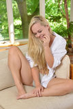 仅内裤和人的衬衣的性感的年轻白肤金发的妇女 免版税库存照片