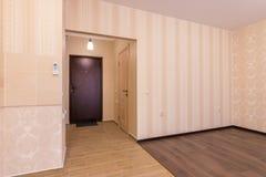 内部一间卧室公寓 库存照片