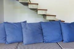 内部与蓝色沙发家具的客厅现代样式 免版税库存照片