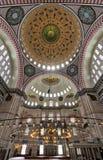 内部低角度射击了Suleymaniye清真寺,无背长椅皇家清真寺在1557年建造的,伊斯坦布尔,土耳其 免版税库存照片