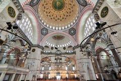 内部低角度射击了Suleymaniye清真寺,无背长椅皇家清真寺在1557年建造的,位于伊斯坦布尔第三小山  库存图片