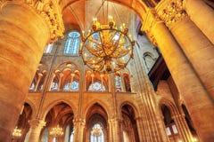 内部其中一个最旧的大教堂在欧洲巴黎圣母院 免版税库存图片