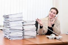 内部办公室告诉的电话妇女 免版税库存照片