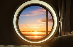 内部卧室圈子窗口有美好的日出视图 免版税库存图片