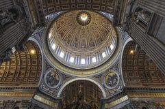 内部圣皮特圣徒・彼得` s大教堂,罗马意大利 库存照片