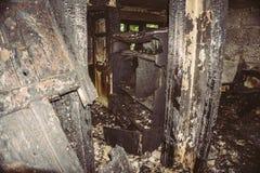 内部在一个被烧的房子里,被烧的被烧焦的木门 库存照片
