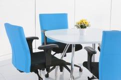 内部大厦,有现代白色家具的办公室 库存图片
