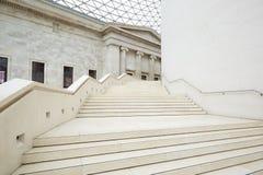 内部大英博物馆巨大的法院,白色楼梯在伦敦 免版税库存照片