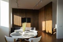 内部宽顶楼、射线和木地板 图库摄影