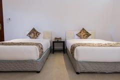 内部旅馆客房-两床 免版税库存照片
