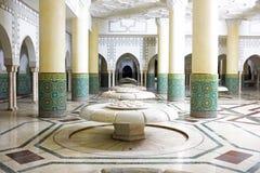 内部曲拱和锦砖在哈桑二世清真寺运作在卡萨布兰卡,摩洛哥 免版税图库摄影