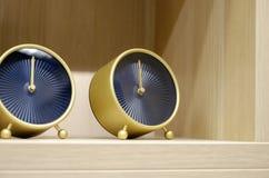 内部格子呢和台式时钟在枕头旁边有方格的样式的 图库摄影