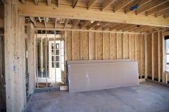 内部框架一郊区家庭建设中 库存图片