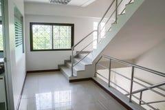内部楼梯在豪华房子里 库存照片
