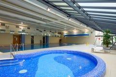 内部池游泳 免版税库存图片